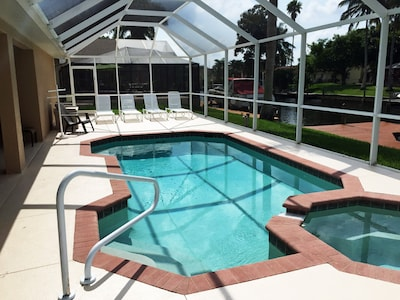 Heated pool with hot tub. Southern exposure. Extended lanai with 4 lounge chairs