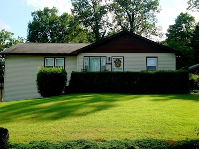 White Squirrel Hill!! 2 beautiful acres to enjoy