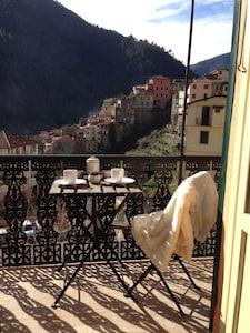 Das Apt. hat eine Terrasse (8 m lang u. 1 m breit) mit mehreren Tischen u. Stühl