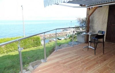 terrasse devant le petit port de pecheurs