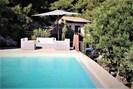 Salon de piscine en rotin gris. Grand parasol blanc wlaminck.