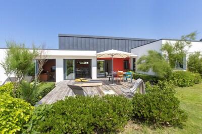 Une terrasse orientée sud-ouest pour profiter des journées estivales.