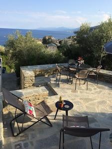 La terrasse surplombant le village et la mer. Au fond on aperçoit Bastia.