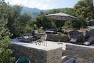 la terrasse au milieu des oliviers  A l'ouest les montagnes