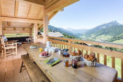 Petit déjeuner sur la terrasse extérieur couverte avec vue su le Grand Bornand