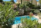 vue piscine depuis terrasse ombragée