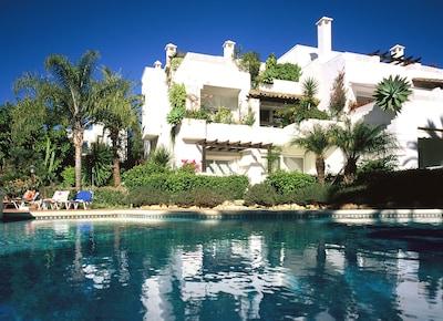 Apartamento de lujo en Marbella de 110m2, a 300 metros de la playa en el jardín tropical con piscina