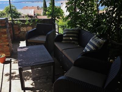 Lounge mit Meerblick auf der oberen Terrasse.