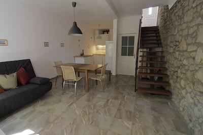 Ess- und Wohnzimmer mit Küche.