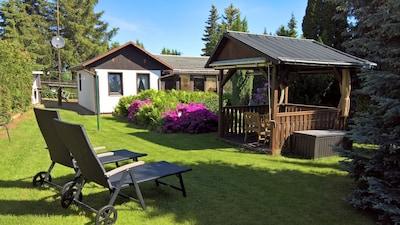 Gartenpavillon mit Sonnenliegen