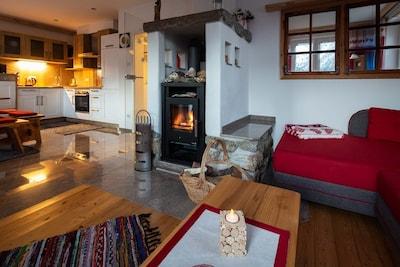 Blick in den Wohnbereich mit offener komplett ausgestatteter Einbauküche