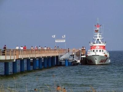 Direkt vor der Tür - die Seebrücke mit Schiffsanleger