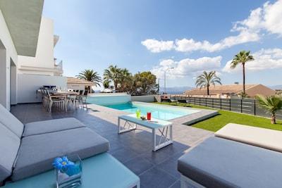 Terrasse mit Lounge, großem Esstisch, BBQ und Pool