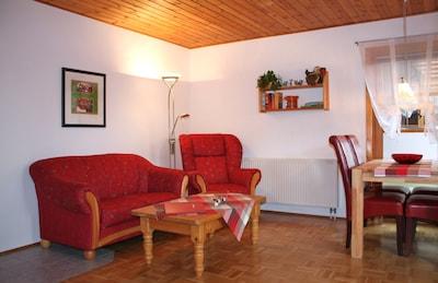 gemütliche Sitzecke im Wohnzimmer mit Leselampe