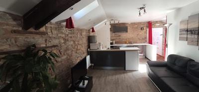 Appartement rénové avec le charme de l'ancien au sein d'une bâtisse historique.