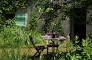 La chambre ouvre sur un petit jardin privatif.