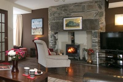 Awelon sleeps 10, Hot Tub, Log Burner, private courtyard, Porthmadog, Snowdonia
