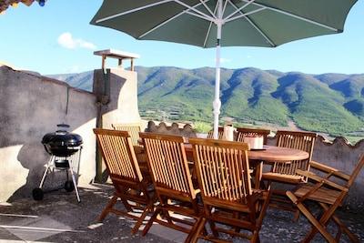 La terrasse avec vue sur la montagne du Luberon