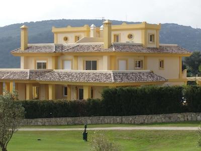 Villa de lujo con piscina propia en el San Roque Golf Resort, 4 habitaciones con baño privado