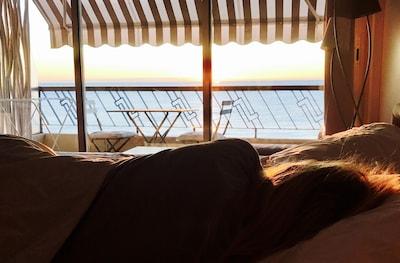 Le Plaisir de découvrir le lever du soleil sur la baie des anges