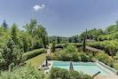 Aperçu du  jardin de la piscine et du bâtiment  SPA et sauna.