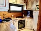 La cuisine entièrement équipée, plaques induction, four, lave vaisselle, frigo..
