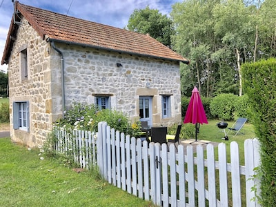 Maison en pierre du pays avec sa terrasse en bois plein sud