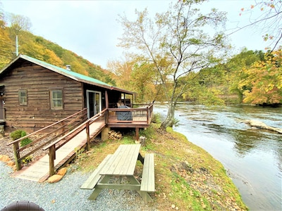 ⛄️ ❄️ Stunning Riverfront/Mountain View Cabin⭐️⭐️Sleeps 4/clean/Wifi/Firepit