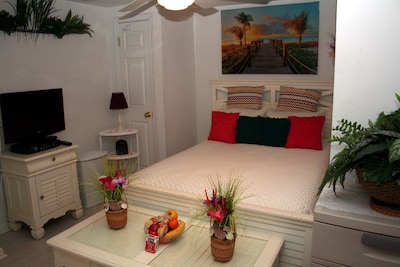 Tropical paradise queen size bedroom - Welcome fruit/snack bowl.