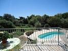 Vue de la terrasse du haut, piscine et jardin