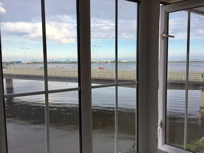 Comfy 1 Bed Cardiff Bay Flat With Water Views- WiFi, Millenium Stadium, Dr Who