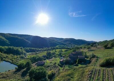 Veduta panoramica della fattoria con l'agriturismo sulle colline dal cielo