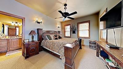 Large King master bedroom suite with loft/office, en-suite bathroom