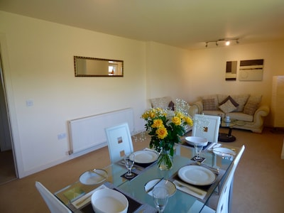 Free Parking & Wifi, Great transport links to M8 & M74, Nearby Train & bus stop