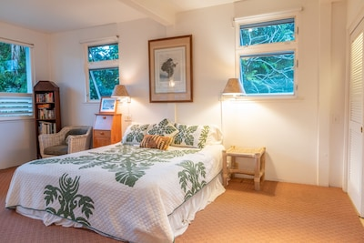 Cal King Bed with fragrant Plumeria Trees. Waterfall Mountain Views from bed!