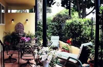 Relax in a private courtyard, with trickling fountain, 2 blks to beach & town