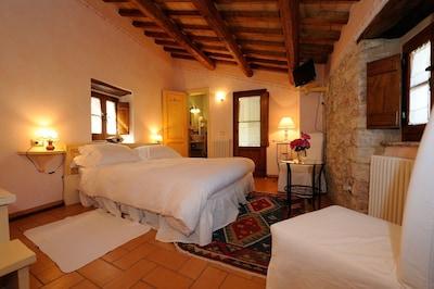 Intima camera matrimoniale con bagno e balcone panoramico con vista sulla valle.