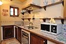 Ampia cucina dotata di ogni comfort con forno e lavastoviglie.
