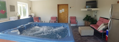 Great Hot tub with Views, TV and second frig. 06-2020