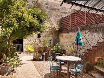 Cour intérieure, table de jardin, partie troglodyte  pouvant abriter vos vélos