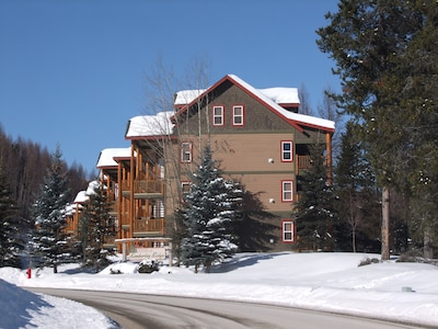 Luxury 3 bed 3 bath condo in Alpine resort centre with privat hot tub