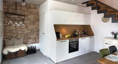 Moderne Küche und alte Mauern