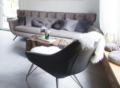 Die große und bequeme Couch lädt zum Entspannen ein
