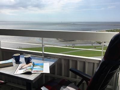 Nachmittagssonne und Meerblick auf dem Balkon
