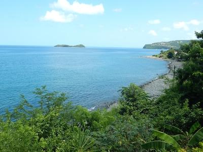 Vue de la maison sur la mer et des îlets Pigeon.