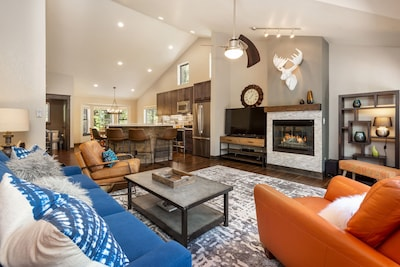 End Unit! Open-concept floor plan with vaulted ceilings & tons of natural light!