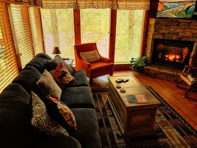 Rustic Elegant Peaceful 2 BR Mtn Cabin with beautiful views and games galore