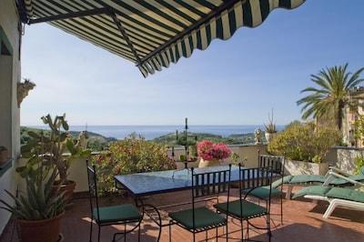 Große Terrasse mit Meerblick über Olivenhaine