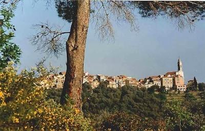 Dorf auf Bergrücken