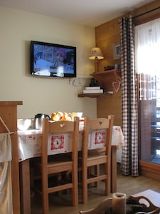 Séjour avec TV écran plat, Internet très haut débit et téléphone illimité.